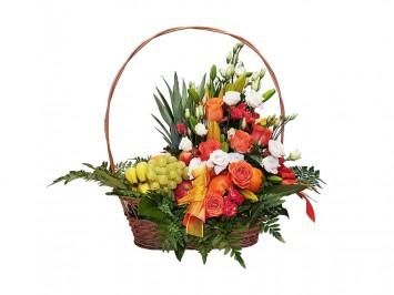 Gyümölcskosár virágokkal